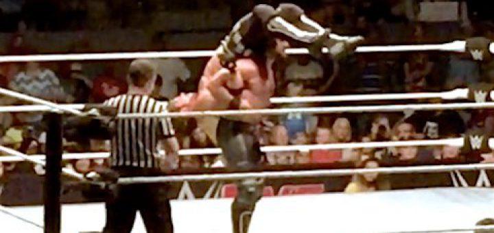 WWE・動画] セス・ロリンズがAJスタイルズに禁止技を決める